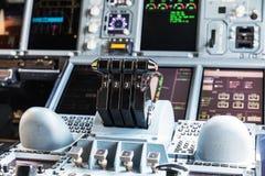 BANGUECOQUE, TAILÂNDIA - 7 DE MARÇO DE 2017: Vista detalhada do painel e da consola central dos aviões de passageiro os maiores A Fotos de Stock