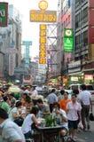 BANGUECOQUE, TAILÂNDIA - 26 DE MARÇO: Estrada de Yaowarat, a rua principal dentro Imagem de Stock Royalty Free