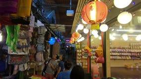 Banguecoque, Tailândia - 11 de março de 2017: O turista não identificado compra em Jatujak ou em mercado de Chatuchak O mercado d video estoque