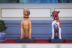 Banguecoque, Tailândia - 10 de novembro de 2017: Cães de Cao Cao e de Thongdaeng na exposição real do crematório do rei Bhumibol  Imagens de Stock