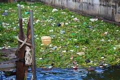 Banguecoque, Tailândia - 8 de novembro de 2015 lote do lixo no rio de Chao Phraya perto da represa esta do problema social em Tai Fotografia de Stock