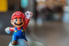 BANGUECOQUE, TAILÂNDIA - 26 DE NOVEMBRO DE 2016: Mario Plastic Toy de McDonald imagens de stock