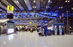 Banguecoque, Tailândia - 21 de novembro de 2013: Passageiros que andam em Suv Imagem de Stock
