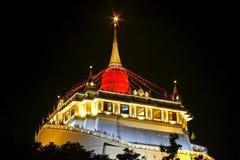 BANGUECOQUE, TAILÂNDIA - 18 DE NOVEMBRO DE 2015: Templo dourado da montagem justo em Tailândia Fotografia de Stock Royalty Free