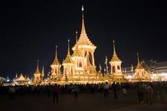 Banguecoque, Tailândia - 4 de novembro de 2017: Muitos turistas no crematório real para o rei Bhumibol Adulyadej fotos de stock
