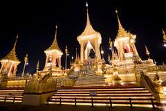 Banguecoque, Tailândia - 4 de novembro de 2017: Muitos turistas no crematório real para o rei Bhumibol Adulyadej foto de stock royalty free