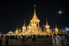 Banguecoque, Tailândia - 4 de novembro de 2017: Muitos turistas no crematório real para o rei Bhumibol Adulyadej imagem de stock