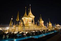 Banguecoque, Tailândia - 4 de novembro de 2017: Muitos turistas no crematório real para o rei Bhumibol Adulyadej foto de stock