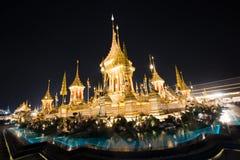 Banguecoque, Tailândia - 4 de novembro de 2017: Muitos turistas no crematório real para o rei Bhumibol Adulyadej imagens de stock