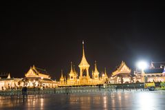 Banguecoque, Tailândia - 4 de novembro de 2017: Muitos turistas no crematório real para o rei Bhumibol Adulyadej imagens de stock royalty free