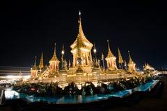 Banguecoque, Tailândia - 4 de novembro de 2017: Muitos turistas no crematório real para o rei Bhumibol Adulyadej fotografia de stock royalty free