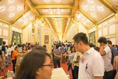 Banguecoque, Tailândia - 28 de novembro de 2017: Os povos não identificados vêm visitar o crematório e a exposição reais do HM o  Foto de Stock Royalty Free
