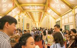 Banguecoque, Tailândia - 28 de novembro de 2017: Os povos não identificados vêm visitar o crematório e a exposição reais do HM o  fotos de stock royalty free