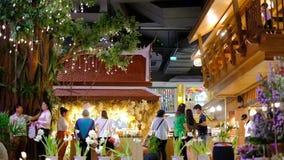 Banguecoque, Tailândia - 20 de novembro de 18: Para dentro do viajante do armazém de Iconsiam aprecie comprar no pavilhão tailand filme