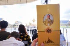 Banguecoque, Tailândia - 10 de novembro de 2017: Visitante que guarda o folheto na barraca que espera para entrar no crematório r Imagem de Stock Royalty Free