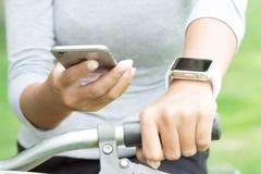 BANGUECOQUE, TAILÂNDIA - 29 de outubro de 2015: Mulheres que usam a aplicação no iphone Fotos de Stock Royalty Free