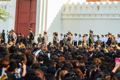 BANGUECOQUE TAILÂNDIA - 14 de outubro de 2016: Multidão de relógio dos povos tailandeses Fotos de Stock Royalty Free