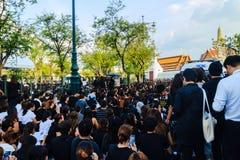 BANGUECOQUE TAILÂNDIA - 14 de outubro de 2016: Multidão de relógio dos povos tailandeses Imagens de Stock Royalty Free