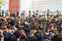 BANGUECOQUE TAILÂNDIA - 14 de outubro de 2016: Multidão de relógio dos povos tailandeses Imagem de Stock