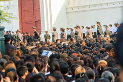 BANGUECOQUE TAILÂNDIA - 14 de outubro de 2016: Multidão de relógio dos povos tailandeses Fotografia de Stock Royalty Free
