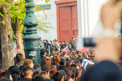 BANGUECOQUE TAILÂNDIA - 14 de outubro de 2016: Multidão de relógio dos povos tailandeses Foto de Stock