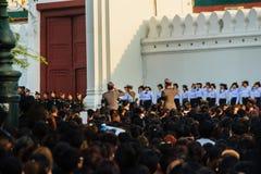 BANGUECOQUE TAILÂNDIA - 14 de outubro de 2016: Multidão de relógio dos povos tailandeses Fotografia de Stock