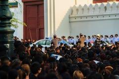BANGUECOQUE TAILÂNDIA - 14 de outubro de 2016: Multidão de relógio dos povos tailandeses Imagens de Stock