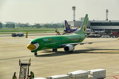 Banguecoque, Tailândia - 29 de outubro de 2015: Os aviões no terminal de Don Mueang Internation Airport (DMK) Imagens de Stock Royalty Free