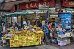 BANGUECOQUE, TAILÂNDIA 26 DE OUTUBRO DE 2013: Os vendedores aglomeram o pavimento Fotos de Stock Royalty Free