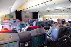 Banguecoque, Tailândia - 29 de outubro de 2010: Em voo de Thai Airways Boeing 777-300 na cabine de seda classRoyal da classe do n Imagens de Stock