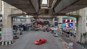 Banguecoque, Tailândia - 16 de setembro de 2018, um carro vermelho é giro de solo na junção de Chalerm Phao perto de Siam Paragon foto de stock royalty free