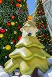 Banguecoque, Tailândia: Decoração do Natal do 3 de dezembro de 2017 com árvore de Natal, Santa Claus Sculpture, rena e outros des Imagens de Stock