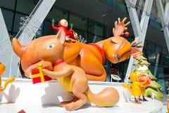 Banguecoque, Tailândia: Decoração do Natal do 3 de dezembro de 2017 com árvore de Natal, Santa Claus Sculpture, rena e outros des Foto de Stock Royalty Free