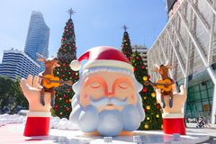 Banguecoque, Tailândia: Decoração do Natal do 3 de dezembro de 2017 com árvore de Natal, Santa Claus Sculpture, rena e outros des Imagem de Stock