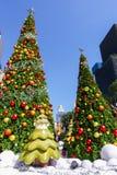 Banguecoque, Tailândia: Decoração do Natal do 3 de dezembro de 2017 com árvore de Natal, Santa Claus Sculpture, rena e outros des Foto de Stock