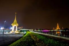 Banguecoque, Tailândia em November13,2017: Cena da noite da réplica do crematório real para a cremação real de seu rei Bh da maje imagem de stock