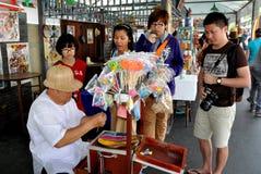 Banguecoque, Tailândia: Fabricante & espectador dos doces Imagens de Stock Royalty Free