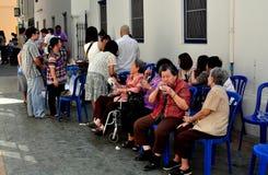 Banguecoque, Tailândia: Famílias em Wat real imagem de stock royalty free