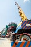 Banguecoque, Tailândia: Guindaste e construção fotografia de stock