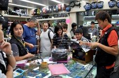 Banguecoque, Tailândia: Loja ocupada da eletrônica Fotos de Stock Royalty Free