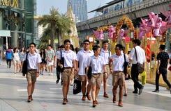 Banguecoque, Tailândia: Meninos de escola em Siam Paragon Imagens de Stock Royalty Free