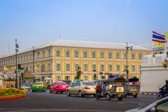 BANGUECOQUE, TAILÂNDIA O 12 DE DEZEMBRO: Tráfego na frente do ministério do Int Fotografia de Stock