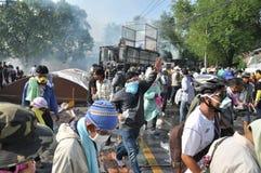 Banguecoque/Tailândia - 12 02 2013: Os protestadores tumultuam e tomam o QG metropolitano da casa da polícia Imagens de Stock Royalty Free
