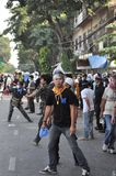 Banguecoque/Tailândia - 12 02 2013: Os protestadores tumultuam e tomam o QG metropolitano da casa da polícia Fotografia de Stock Royalty Free