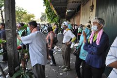 Banguecoque/Tailândia - 12 02 2013: Os protestadores tumultuam e tomam o QG metropolitano da casa da polícia Foto de Stock Royalty Free
