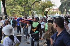 Banguecoque/Tailândia - 12 02 2013: Os protestadores tumultuam e tomam o QG metropolitano da casa da polícia Fotos de Stock Royalty Free