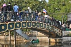 Banguecoque/Tailândia - 12 02 2013: Os protestadores tumultuam e tomam o QG metropolitano da casa da polícia Foto de Stock