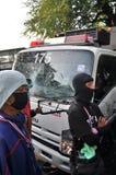 Banguecoque/Tailândia - 12 02 2013: Os protestadores tumultuam e tomam o QG metropolitano da casa da polícia Imagens de Stock