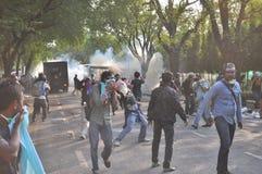 Banguecoque/Tailândia - 12 02 2013: Os protestadores tumultuam e tomam o QG metropolitano da casa da polícia Imagem de Stock