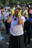 Banguecoque/Tailândia - 12 02 2013: Os protestadores tumultuam e tomam o QG metropolitano da casa da polícia Fotografia de Stock